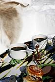 Zwei schwedische Tassen mit Kaffee beim Winter-Picknick