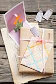Geschenk mit gebasteltem Umschlag und Aufstellerkarte