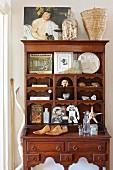 Alter Sekretär aus Holz mit Vintage-Sammlerstücken in den Fächern