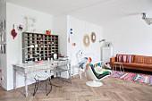 Vintage-Schreibtisch mit Holzregal in Wohnbereich mit Ledercouch und Sessel