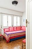 Blick ins Gästezimmer, Kissen mit Volant auf dem Tagesbett