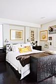 Schwarz-weißes Schlafzimmer mit gelben Akzenten