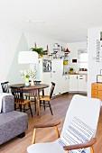 Offener Wohnraum im Vintagestil mit Esstisch und Küche