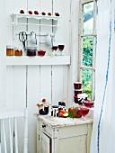 Verschiedene Marmeladen in einer Vintage-Küche
