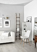 Monochromes Wohnzimmer mit Stilmix aus Alt und Neu