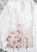 Dezent eingefärbter Stoff mit rosafarbenen Hortensienblüten