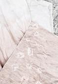 DIY eingefärbter rosafarbener Stoff mit dezentem Muster