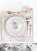 Gedeck auf mit Hortensienblüten gefärbtem, zartrosa Tischset