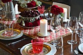 Klassisch gedeckter Tisch in Rottönen