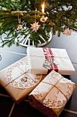 Nostalgisch verpackte Weihnachtsgeschenke unter Christbaum