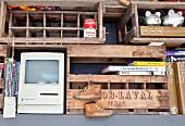 Alte Holzkisten als Regal mit PC Kinderschuhen, Büchern, Sparschweinen und Konservendose