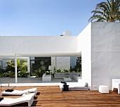 Modernes Architektenhaus mit überdachter Terrasse