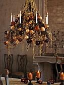 Üppig geschmückter Kronleuchter mit Weihnachtskugeln in Brauntönen