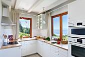 Moderne Landhausküche mit Blick auf die Landschaft