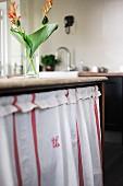 Nostalgischer Küchenvorhang an Vintage Küchenunterschrank