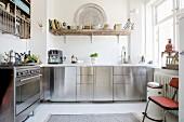 Küche mit Edelstahlfronten und offenen Regalen