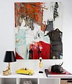 Moderne Kunst an der Wand, Designer-Tischlampe, Minaturauto und Figur auf Ablage