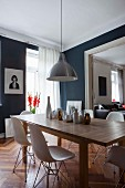 Essbereich in Altbauwohnung mit dunkelgrauen Wänden und Holztisch