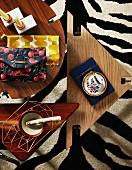 Verschiedene Couchtische aus Holz auf Teppich mit Zebramuster