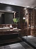 Luxuriöses Badezimmer mit Steinwänden und ebenerdiger Dusche