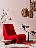 Romantischer Japanstil: Organisch geformter Sessel neben schwarzem Beistelltisch