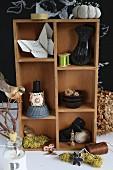 Origami-Schmetterling und Deko-Accessoires in einem Setzkasten