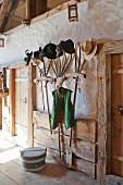 Alte Heugabeln und ein Joch als Garderobe mit Hut-Sammlung