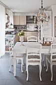 Esstisch vor der offenen Küche mit nostalgischem Flair