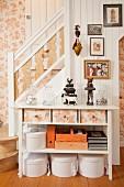 Konsolentisch mit Schubladen, Schachteln und Körben