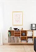 Sideboard mit Schubladen und offenen Fächern für Zeitschriften und Plattenhüllen