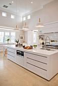 Moderne Küche mit Kücheninsel und hoher Decke
