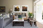 Naturtöne und Naturmaterialien im Wohnzimmer mit Falttür zur Terrasse