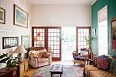 Altmodisches Wohnzimmer mit Sprossentüren zur Veranda