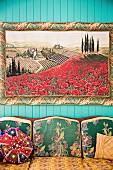 Bild von toskanischer Landschaft über Sofa mit gemustertem Bezug