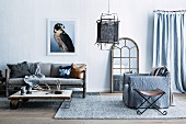 Living room in pale blue tones with a natural style