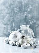 Weihnachtsschmuck in Silber und Weiss