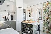 Kücheninsel mit offenem Regal und Marmorplatte in skandinavischer Küche mit Vorhang