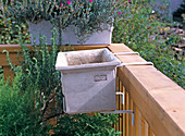 Balcony box suspension