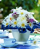 Biedermeier Bouquet, Argyranthemum (Marguerite), Astrantia