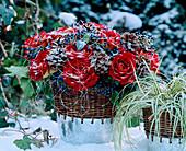 Strauß aus roten Rosen, Schneeballbeeren, Zapfen auf Draht, Lametta, Carex / Segge