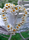 Chair decoration, leucanthemum (marguerite), wound on wire heart