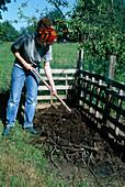 Aufbau eines Kompostes 2. Step: Bedecken der ersten Schicht mit altem Kompost oder Erde 2/8
