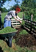 Aufbau eines Kompostes 3. Step: Grasschnittgut auf Erdschicht verteilen 3/8