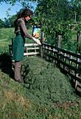 Aufbau eines Kompostes 6. Step: Kompostbeschleuniger ausbringen 6/8