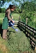 Aufbau eines Kompostes 8. Step: Bei warmem Wetter Kompost gießen 8/8
