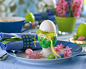 Breakfast egg with ribbon and text 'Frohe Ostern', Hyacinthus