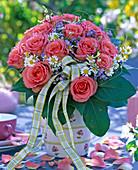 Strauß aus Rosa (Rosen), Matricaria (= Chamomilla, Kamille), Myosotis