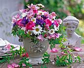 Strauß aus Rosa (Rosen), Campanula (Knäuelglockenblumen)