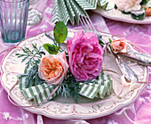 Napkin decoration with Rosa (Rose) flowers