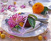 Napkin Decoration with dahlia